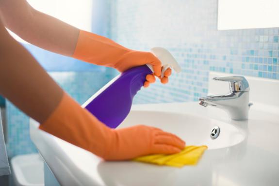 Rửa tay và đeo găng tay trước khi khử trùng nhà cửa.