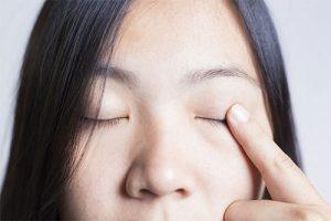 Mắt khô hoặc có sạn có thể là triệu chứng của rối loạn hệ miễn dịch