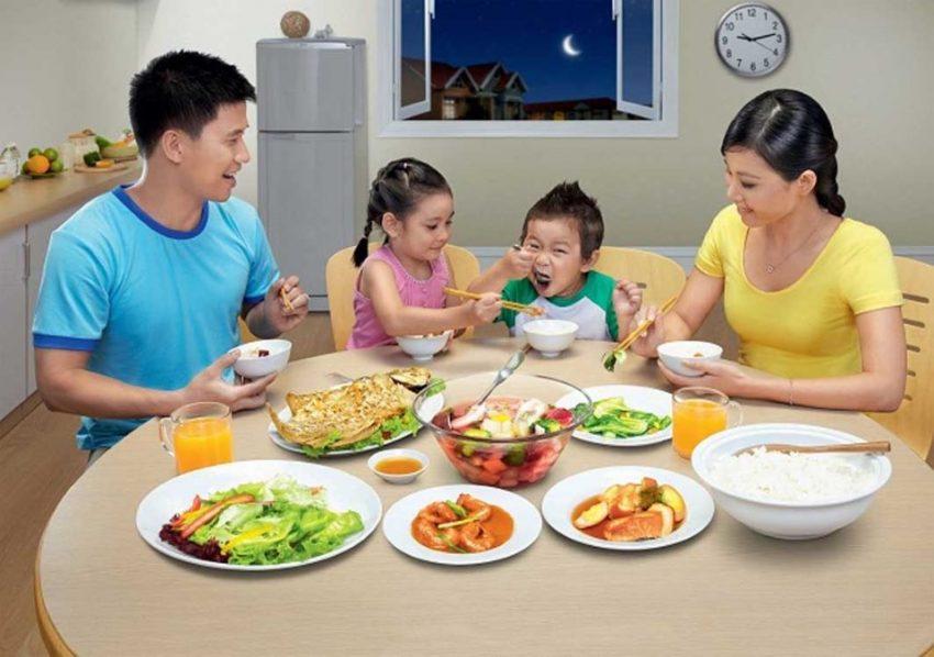 Cho trẻ ăn cùng với các trẻ khác để trẻ chịu ăn