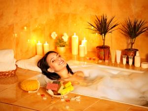 Tắm hoặc ngâm mình giúp bạn dễ đi vào giấc ngủ